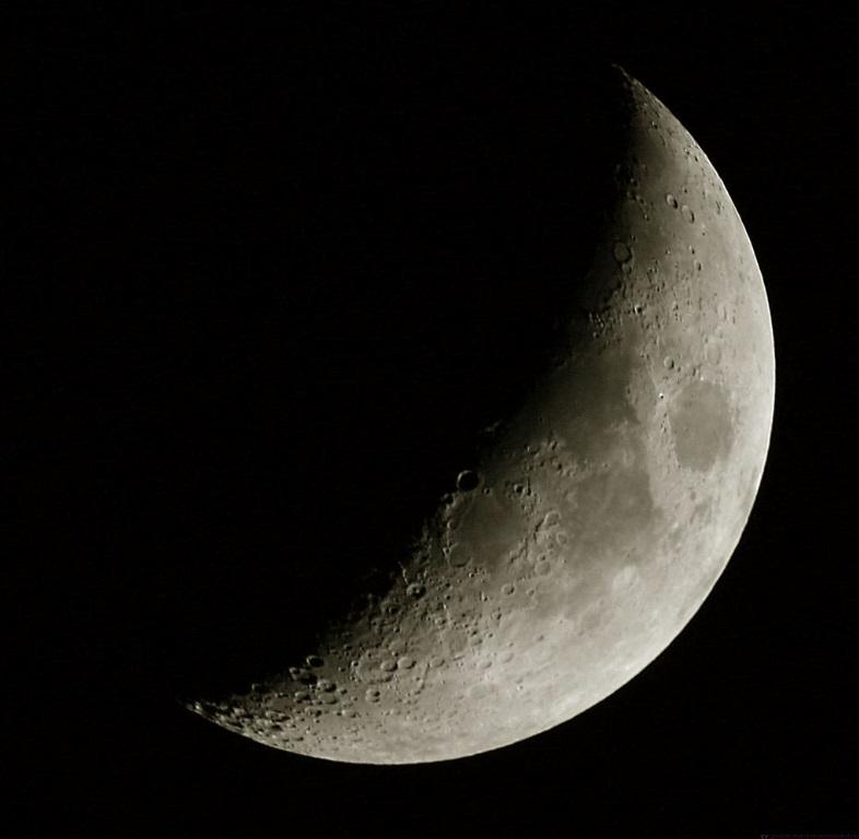 foto La Luna al primo quarto e la via Lattea